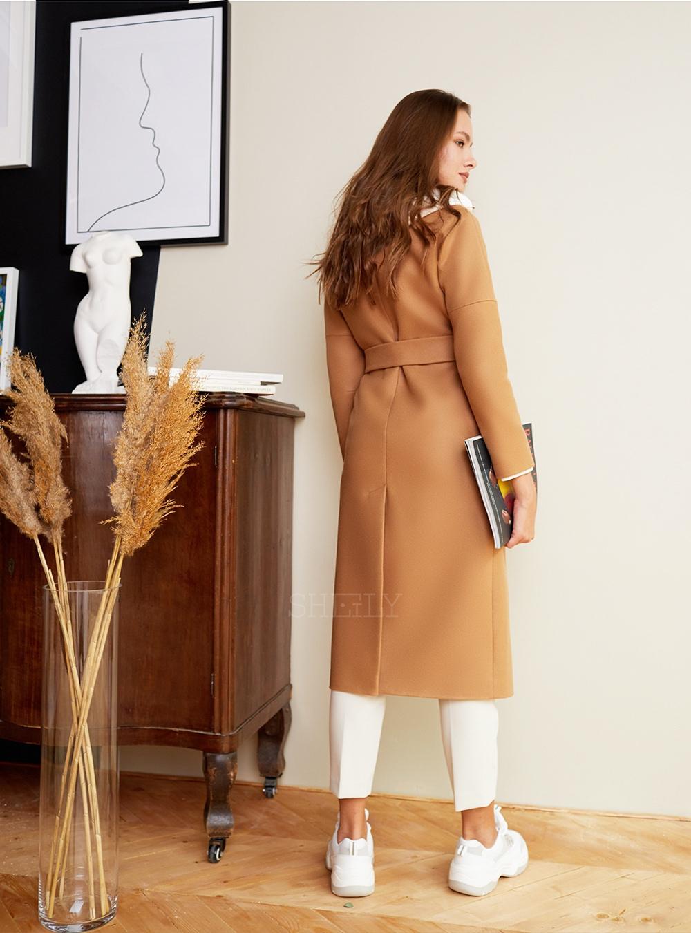 Пальто кэмел со спущенным плечом