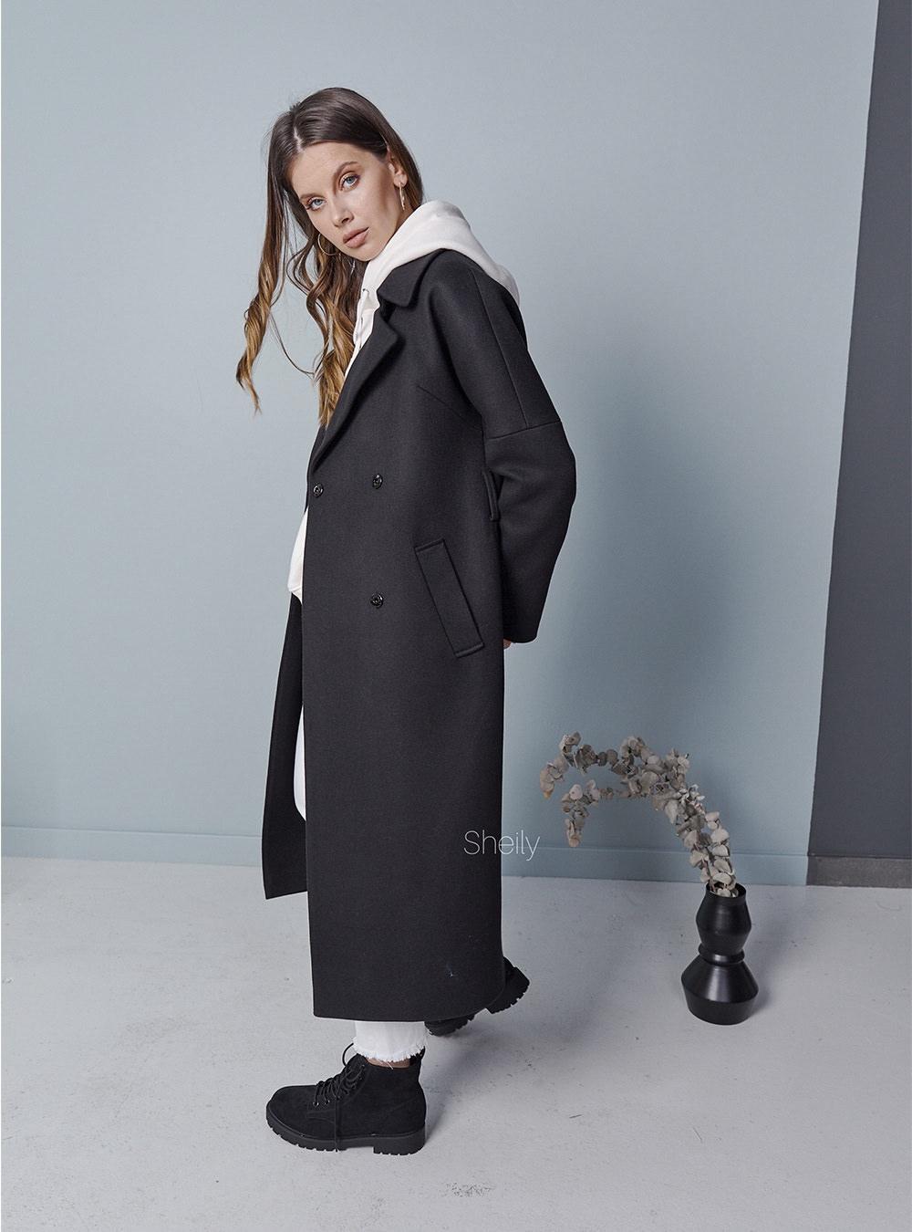Черное пальто со спущенным плечом