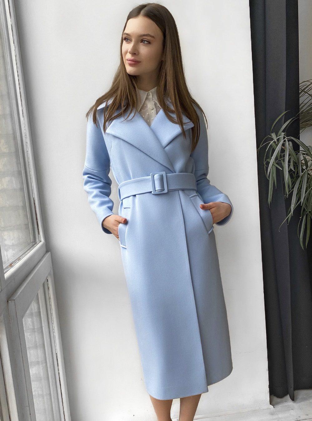 Голубое пальто со спущенным плечом