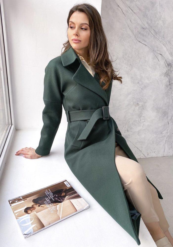 Изумрудное пальто со спущенным плечом