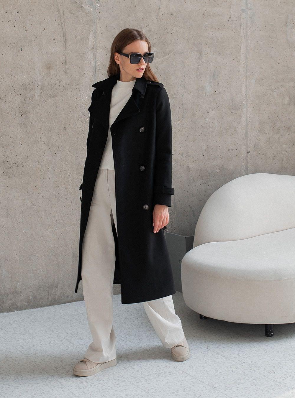 Прямой покрой пальто делает фигуру более изящной и стройной.